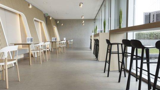 BetonDesign wordt als afwerkvloer geïnstalleerd, direct op een geschikte ondergrond. Het resultaat is een strakke, vlakke vl
