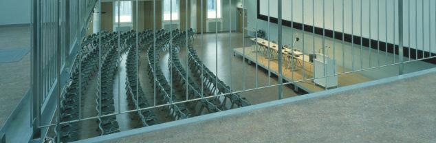 Met akoestisch linoleum heeft de vloer een lagere dB waarde dankzij een speciale laag die is aangebracht tussen het linoleum.